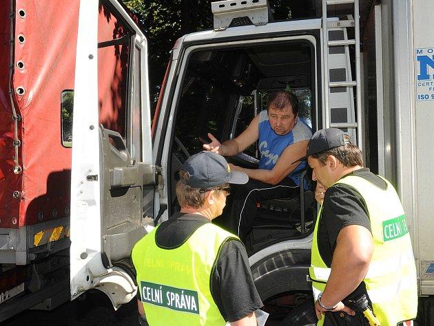 Velkou razii na řidiče autobusů a také pasažéry z řad cizinců provedli v úterý policisté v celé České republice.