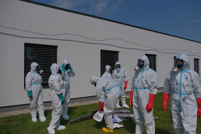 Už za tři hodiny měli ostravští profesionální hasiči během čtvrtku vydesinfikovány vnitřní prostory Alzheimer centra v Ostravě-Vítkovicích proti nákaze koronavirem Covid-19 pomocí speciálních generátorů.