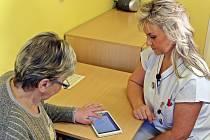 Staniční sestra Eva Haxha (na snímku vpravo) odebírá chorobopis pacientky pomocí tabletu.