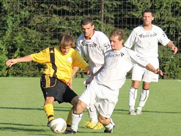 NEJSLUŠNĚJŠÍM celkem, se to týče obdržených karet, byli na podzim fotbalisté Jakubčovic. Na snímku je jakubčovický záložník Molnár proti bordovické přesile.
