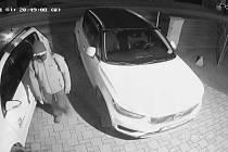 Zloděj odcizil jízdní kola i pilu.