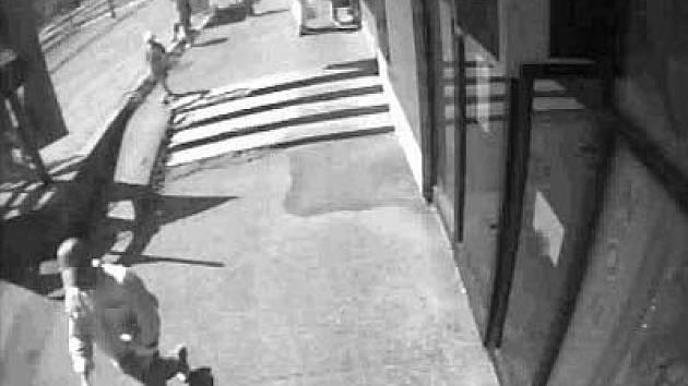 Muž, kterého zachytily bezpečnostní kamery, je podezřelý z přepadení dvou poštovních poboček