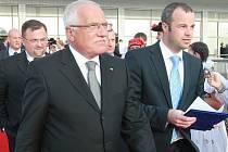 Ředitel Tiskového odboru Kanceláře prezidenta republiky Radim Ochvat (vpravo) po boku Václava Klause.