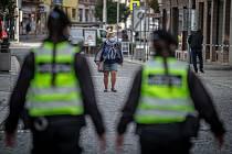 Městská policie Ostrava kontroluje při pravidelné obchůzce dodržování nošení roušek na veřejnosti, 21. října 2020 v Ostravě.