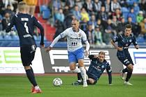 Utkání 11. kola první fotbalové ligy: FC Baník Ostrava - FC Slovácko, 16. října 2021 v Ostravě. (střed) Jiří Klíma z Ostravy a Patrik Šimko ze Slovácka.