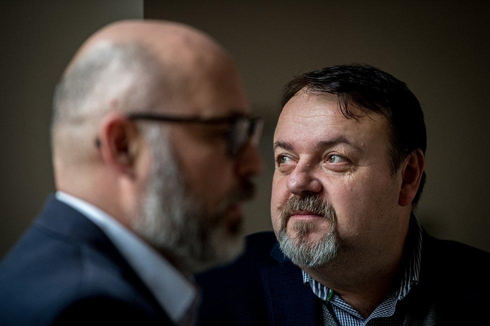 Daneš Zátorský (vpravo) a Radek Hradil u Krajského soudu v Ostravě, který je spolu s Davidem Rusňákem 31. ledna 2019 zprostil obžaloby z podílu na vytunelování ostravské záložny Unibon.