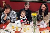 U jednoho stolu v jedné z restaurací v centru města usedly v neděli v době oběda česká rodina Tesařů spolu s rodinou Vietnamce Tung Thank Toa