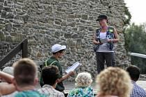 Divadelní pouť v podobě scénického čtení pod širým nebem na Slezskoostravském hradě.