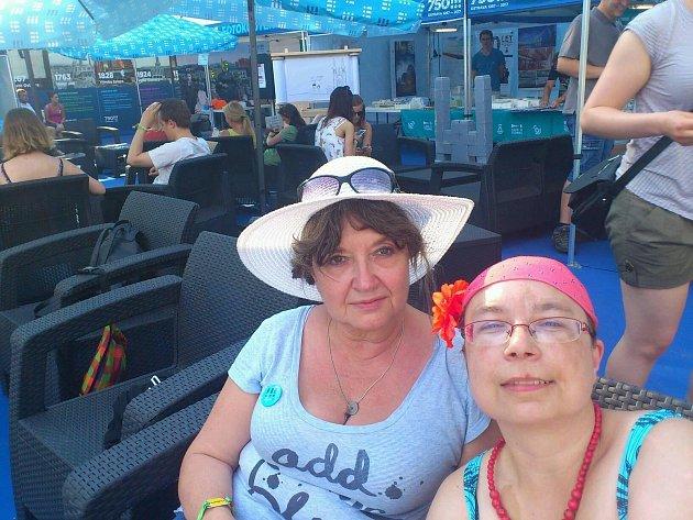 Návštěvníci zJablonce nad Nisou (vlevo) vyšel festival asi na šest tisícovek.