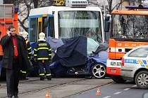 Auto Seat Toledo pronásledované policií se ve středu před polednem poblíž křižovatky ulic 28. října a 1. máje v Ostravě-Mariánských Horách srazilo s tramvají, jeho řidič zemřel.