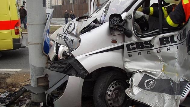Dva lidé byli zranění při srážce tramvaje a osobního vozu, k níž došlo ve středu dopoledne v Ostravě-Zábřehu.