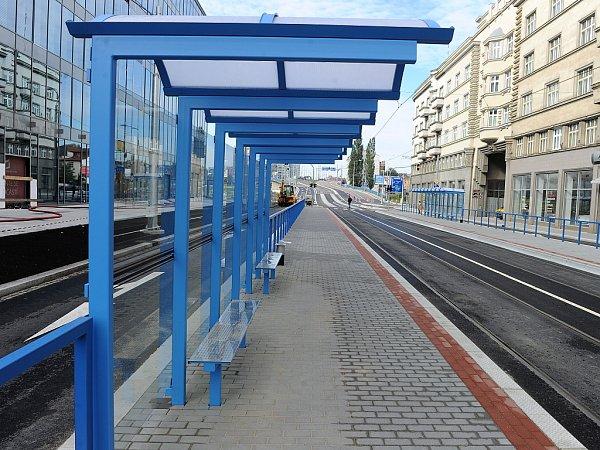 Zastávky jsou prakticky hotovy. Již brzy zde zastaví první autobusy a tramvaje, které tudy zatím jen projíždějí.