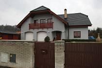 Policisté exposlance hledali i v této vile v Ostravě-Petřkovicích, která patří manželům Wolfovým.