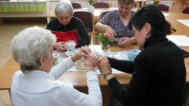 Pečení a zdobení perníků v Astře – denním centru pro seniory v Humpolci.