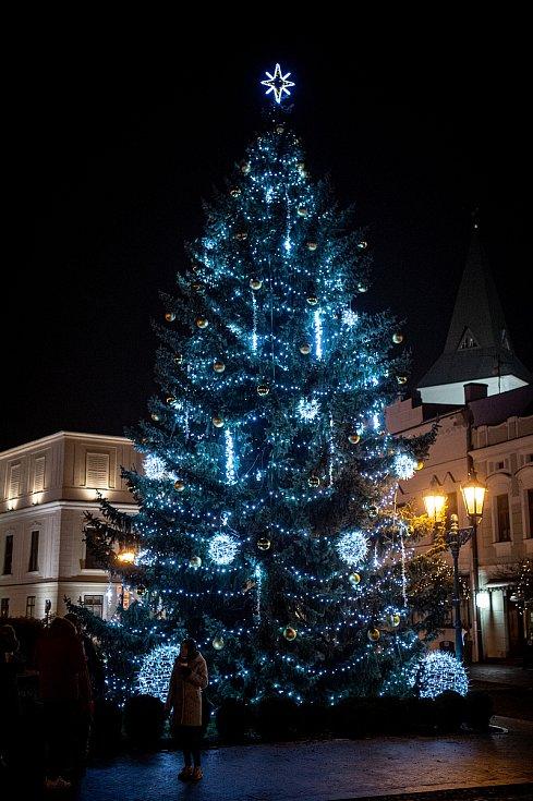 Vánoční strom v Karviné na Masarykově náměstí.