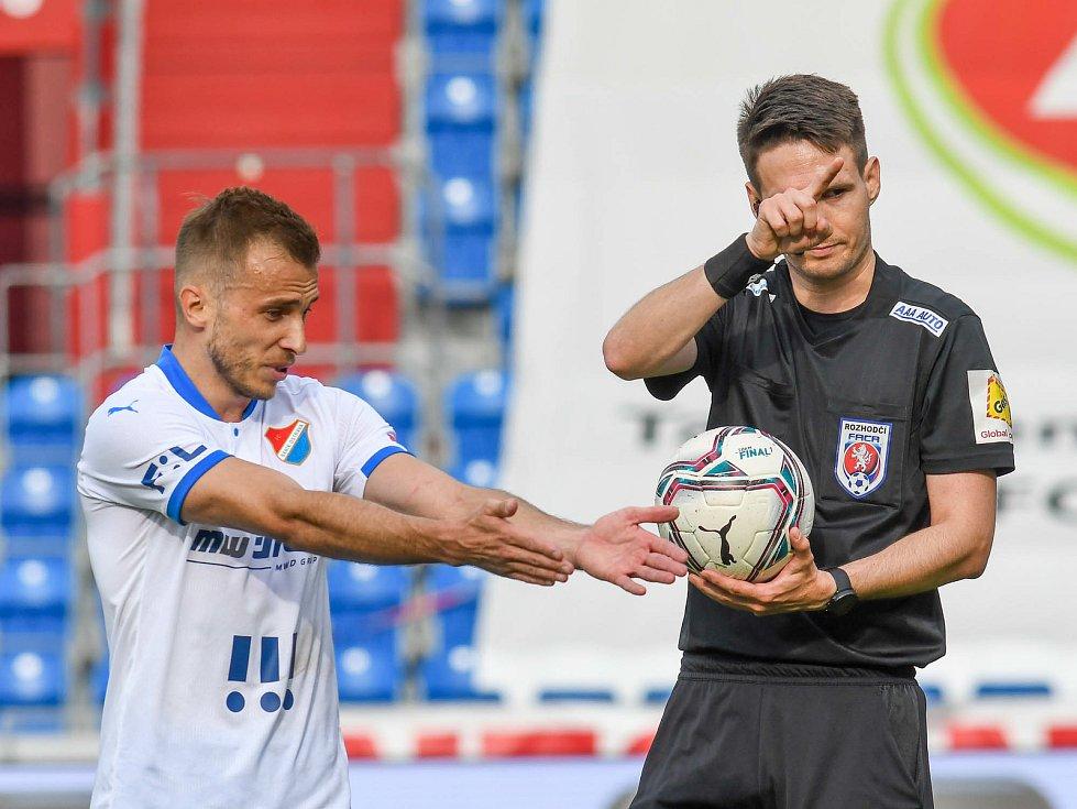 Fotbalisté Baníku Ostrava bojovali 15. května 2021 v utkání 32. ligového kola se Zlínem. Domácí Nemanja Kuzmanovič a rozhodčí Radek Dubravský.
