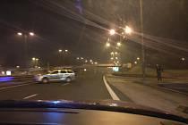 """Policisté se """"šíleného"""" řidiče snažili zastavit nebo alespoň zpomalit blokováním cesty služebním vozidlem."""