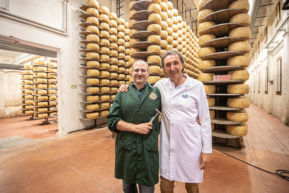 Tradiční sklad sýrů společnosti Gran Moravia, 11. srpna 2021 v Bevadoro, Itálie. (zleva) zaměstnanec Antonio Casalin a Roberto Brazzale (majitel společnosti).