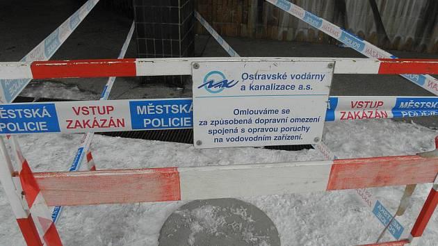 Místo značky Zákaz vjezdu již kanál, do nějž ve čtvrtek odpoledne spadl čtyřletý chlapec, zakrývá betonové víko.