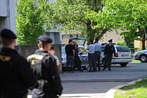 Hledání munice v bytě panelového domu v centru Ostravy. Okolí neprodyšně uzavřela policie.