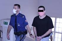 Z krádež vibrátoru dostal zloděj (na snímku z října loňského roku) šestnáct měsíců vězení. Čtvrtečního jednání 26. srpna se nezúčastnil s tím, že mu ujel vlak.