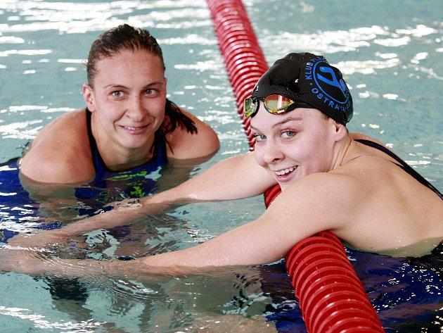 Po nejlepší české plavkyni let 2011, 2014 a 2015 Barboře Závadové (vlevo) začala tituly na domácím šampionátu sbírat i její mladší sestra Tereza (vpravo).