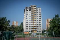 Panelový dům v Bohumíně následující den po požáru bytu, při kterém v sobotu 8. srpna 2020 zahynulo 11 lidí.