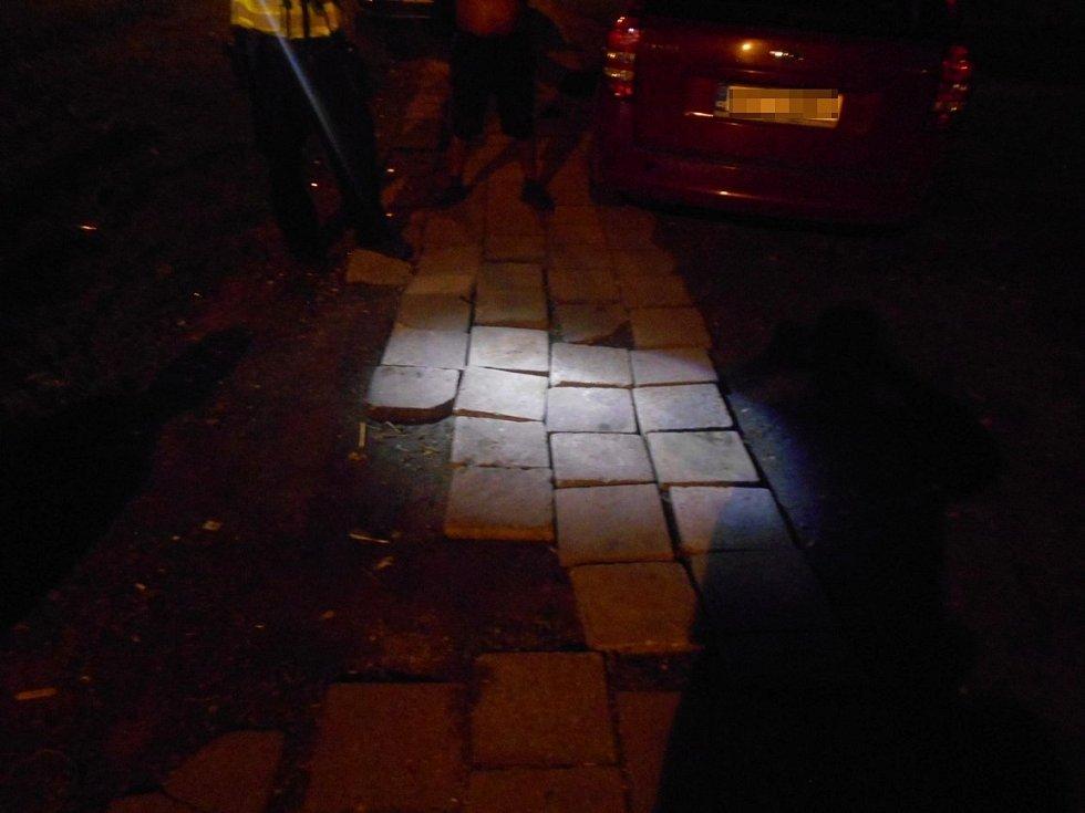 Muž v Ostravě vykopával a kradl čerstvě položený chodník. Chtěl ho mít doma.