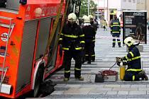 Na Masarykově náměstí v centru Ostravy se propadla pod hasičským autem dlažba.