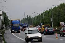Kolony aut se tvoří na frekventované silnici Místecké poblíž sjezdů na Hrabovou, kde se nyní opravuje úsek vozovky ve směru z Frýdku-Místku na Ostravu.