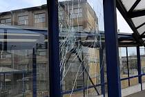 Podle mluvčího dopravního podniku Miroslava Albrechta nejčastějšími škodami, které vandalové v Ostravě způsobují, je rozbíjení skleněných výplní přístřešků a zábradlí, nástřik ploch grafitti a poškozování označníků.