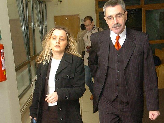 Simona Pavlicová (na snímku se svým obhájcem) byla odsouzena k podmíněnému osmiměsíčnímu trestu.