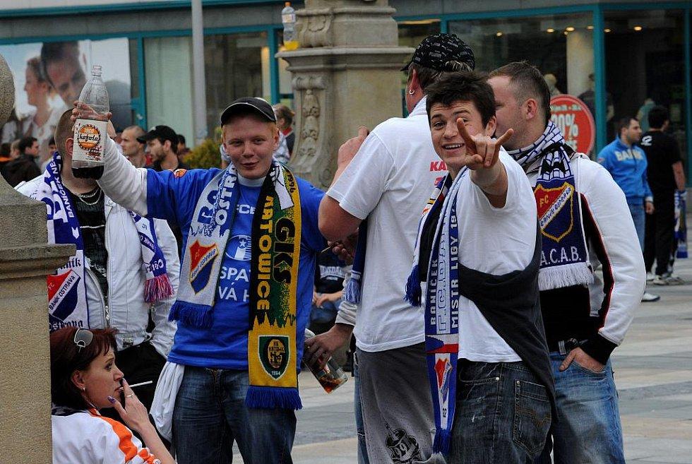 Fanoušci Baníku v neděli na ostravském Masarykově náměstí protestovali proti stěhování slezského fotbalového klubu do Vítkovic a poté se vydali na Bazaly sledovat utkání svých oblíbenců s pražskou Spartou.