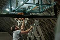 Středeční zápas 2. kola basketbalové ligy mužů mezi Ostravou a Ústím nad Labem byl ve 29. minutě předčasně ukončen kvůli dvěma urvaným šroubům držícím koš.