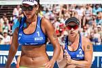 Semifinále žen Brazílie - Nizozemsko. FIVB Světové série v plážovém volejbalu J&T Banka Ostrava Beach Open, 2. června 2019 v Ostravě. Na snímku (zleva) Ana Patricia Silva Ramos (BRA), Rebecca Cavalcanti Barbosa Silva (BRA).