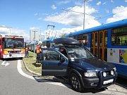 Nehoda ostravské tramvaje a terénního vozidla Opel Frontera se stala v pátek odpoledne před 15. hodinou v Ostravě-Hrabůvce v rušné čtyřproudé ulici Dr. Martínka, oddělené tramvajovým pásem.