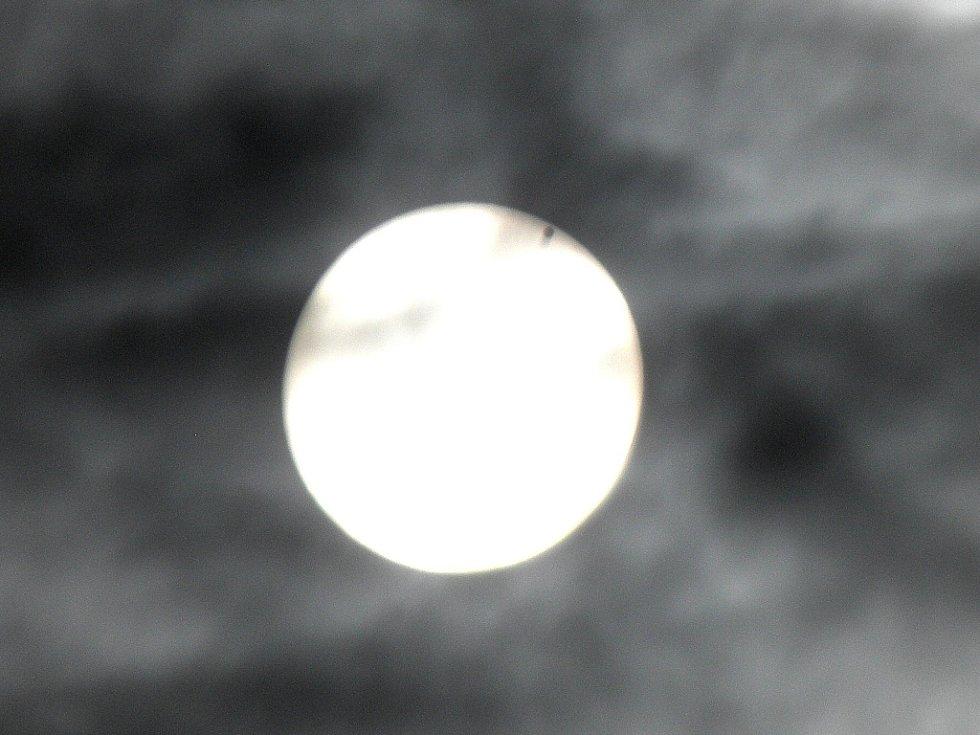 Záběr přechodu Venuše přes Slunce, 6.6.2012, 06,49 hod., Ostrava-Poruba, Čkalovova 913