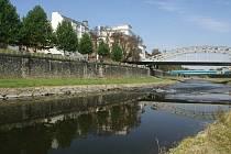 Zdi Ostravice. Když se za první republiky stavěly na březích Ostravice protipovodňové zdi, jejich projekt už bral v úvahu, že zde povede průplav.