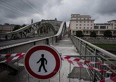 Polovina mostu Miloše Sýkory v centru Ostravy je pro pěší uzavřena.