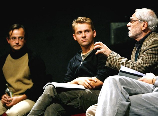 Jiří Stránský (vpravo) a Jakub Špalek při uvádění hry divadelního spolku Kašpar - Claudius a Gertruda