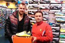 Zbyněk Musiol (vlevo), útočník MFK Vítkovice, převzal cenu pro nejlepšího fotbalového střelce na Ostravsku od někdejšího prvoligového hráče Petra Remeše, který je zástupcem firmy D-Sport, jež kanonýrskou soutěž už pět let podporuje.