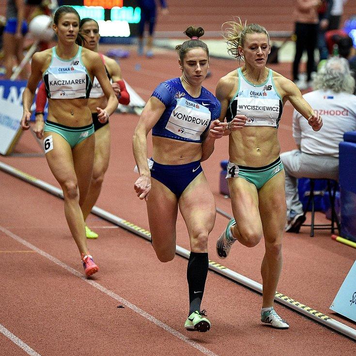 Mezinárodní halový atletický mítink Czech Indoor Gala 2020, 5. února 2020 v Ostravě. Běh 400m ženy (zleva) Lada Vondrová z Česka a Patrycja Wyciszkiewicz z Polska.