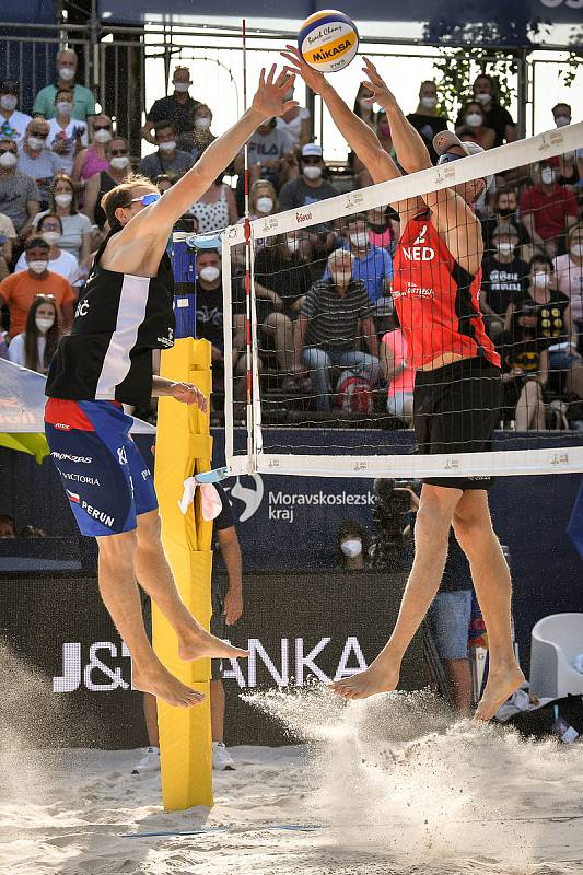 Turnaj Světového okruhu v plážovém volejbalu kategorie 4*, 6. června 2021 v Ostravě. Vítězná dvojice Robert Meeuwsen (vpravo), Alexander Brouwer z Nizozemska proti Ondřej Perušič (vlevo), David Schweiner z ČR.