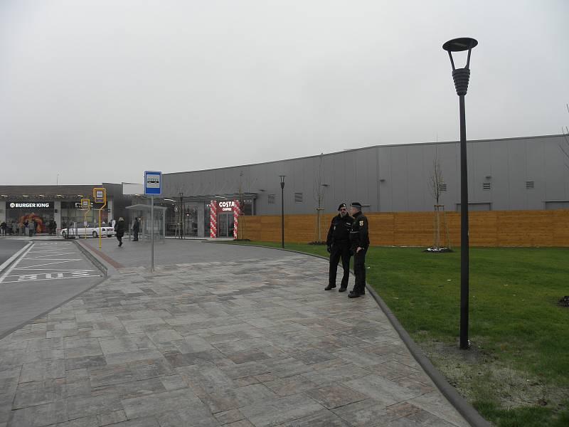 Outletové centrum zahájilo provoz. Přijely stovky motoristů, situaci monitorují strážníci a policisté. Provoz ve frekventované Hlučínské ulici, ze které je jediné napojení do outletu, zhoustl.