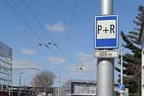 V Ostravě dopravní značky K+R ještě nejsou, řidiči se ale mohou setkat se značkami P+R. Tedy Park and Ride, v překladu Zaparkuj a Jeď.