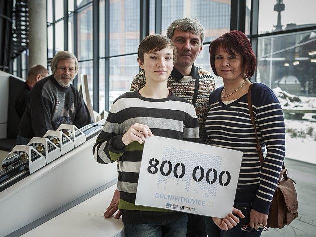 Vojtěch Šichnárek, osmisettisící návštěvník, s rodiči.