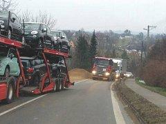 Vysypaný náklad brzdil dopravu v Neborech.