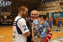 Uznávaný basketbalový trenér Zdeněk Hummel se rozloučil s bohatou kariérou. Ve vyprodané hale Tatran mu tleskalo ve stoje více než tisíc fanoušků.