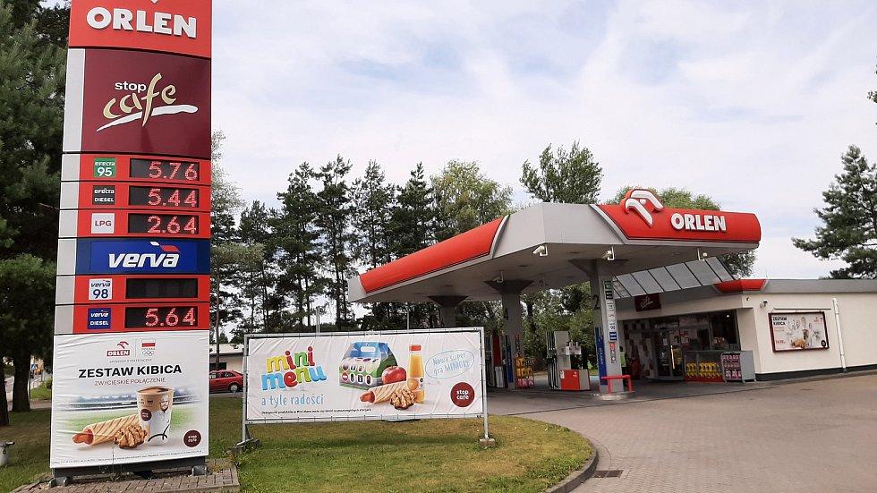 Benzin je momentálně jedražsí za posledních sedm let. Ani v Polsku není levnější. Pumpa v polských Zebrydowicích (Karviná), červenec 2021.