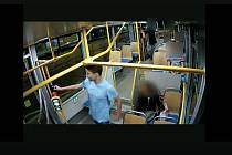 Podezřelý muž v tramvaji.